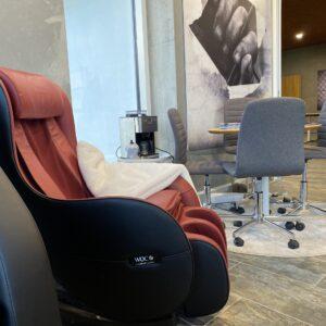 Neptun massagestol på kontor i rum med i rød med sorte sider