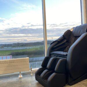 Atmos massagestol i sort i penthouse lejlighed dansk design
